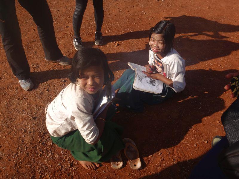 Zwei Schulmädchen mit Thanaka im Gesicht