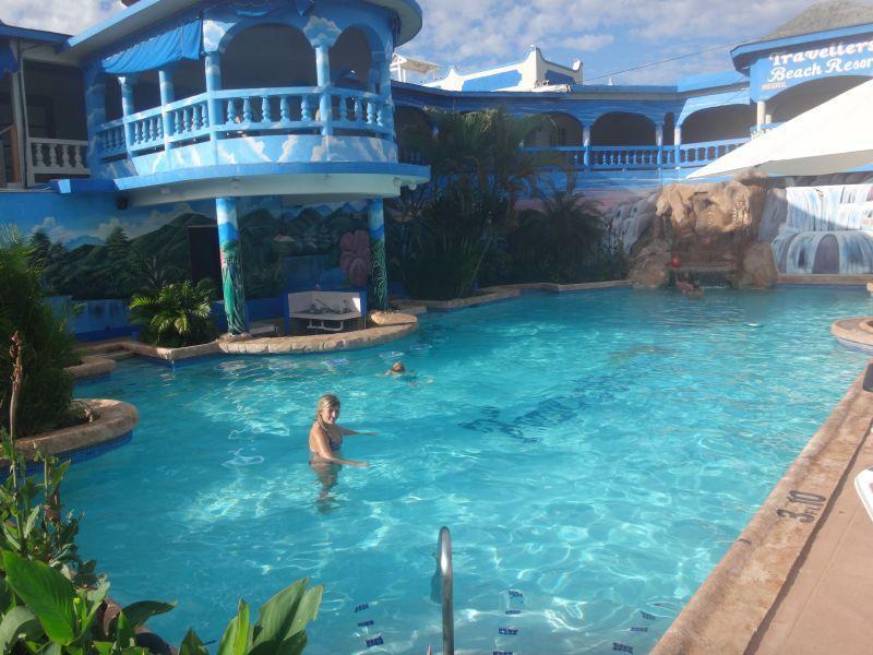 Hotelpool im Travellers Beach Resort