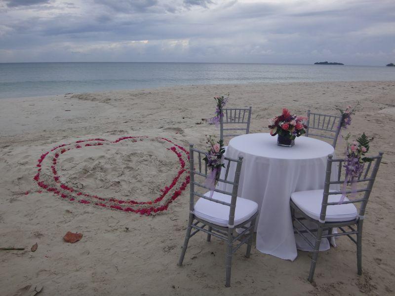 der Hochzeitstisch am Strand