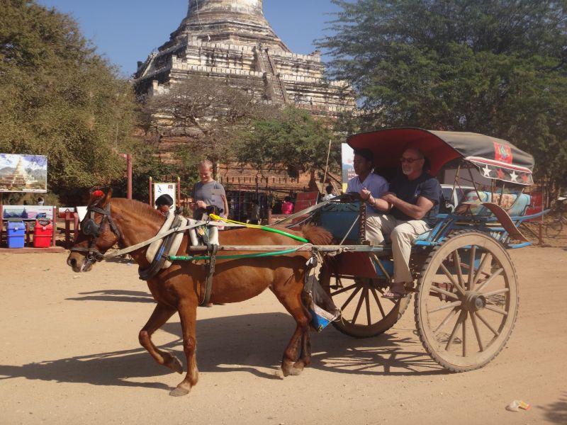 vor der Shwesandaw Pagoda